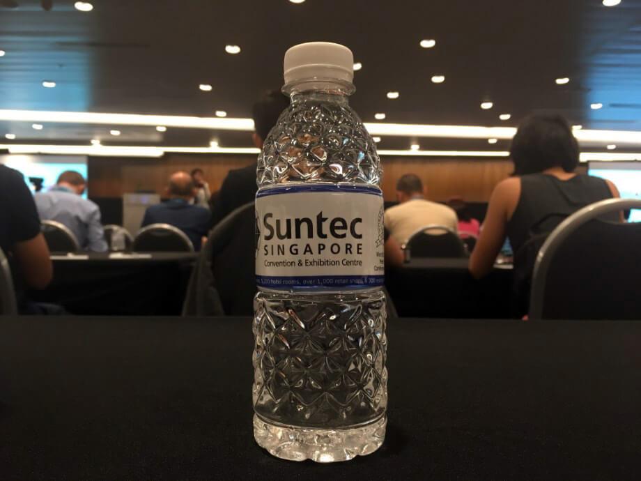 開幕儀式有很多人到場。 各個坐位上均放有Suntec會場供應的樽裝水。