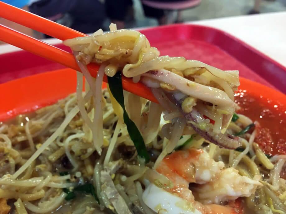 他の屋台飯、海鮮焼きそばらしきものも食べてみました。