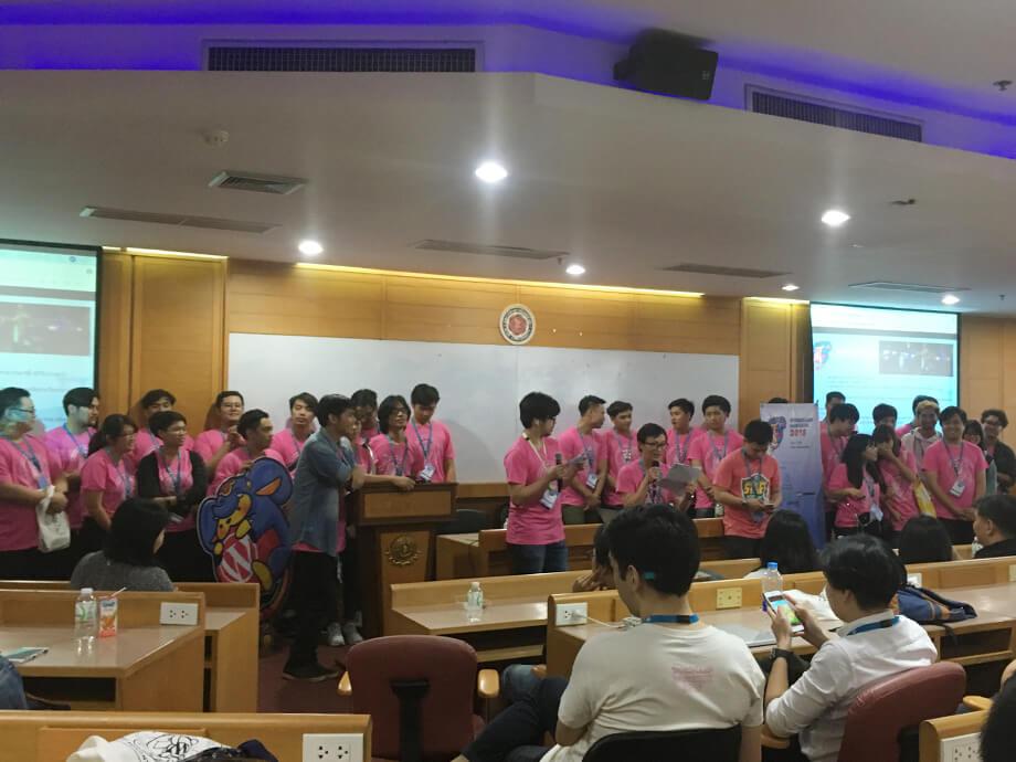 閉会式で、ピンクのTシャツは運営スタッフ